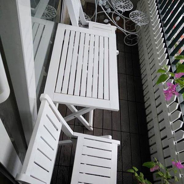 bàn ghế ban công chung cư màu trắng