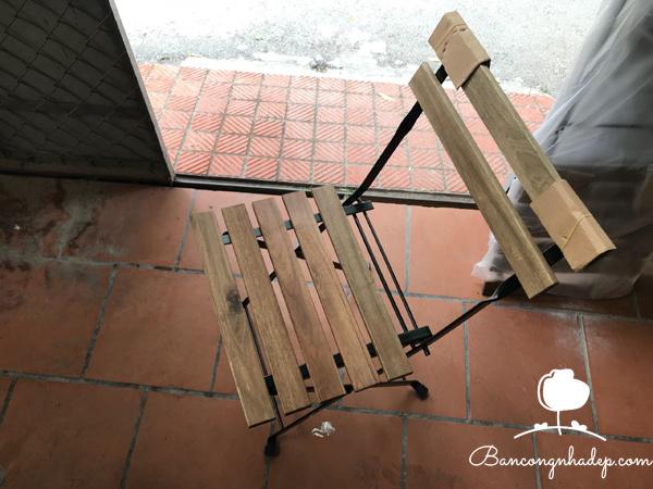 bàn ghế ban công chung cư màu gỗ