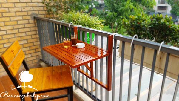 bàn treo ban công màu gỗ