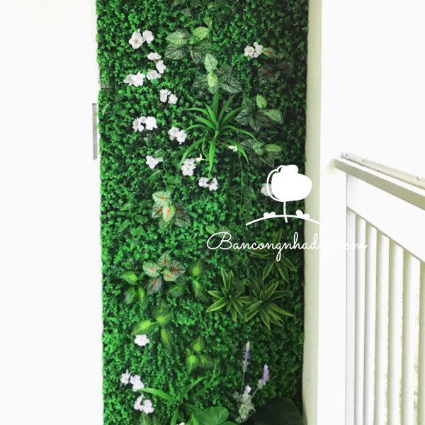 thiết kế ban công bằng tường cỏ giả
