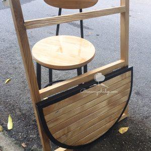 bàn treo ban công màu gỗ hình tròn